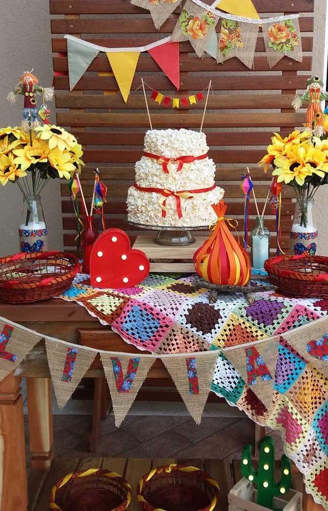 Aniversário junino com bolo de pipoca, bandeirinhas e fogueira artificial