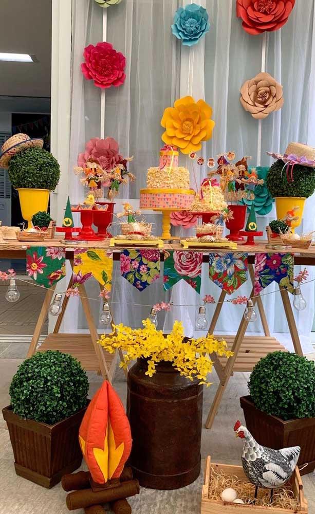 Fogueira artificial junto a mesa do bolo do aniversário
