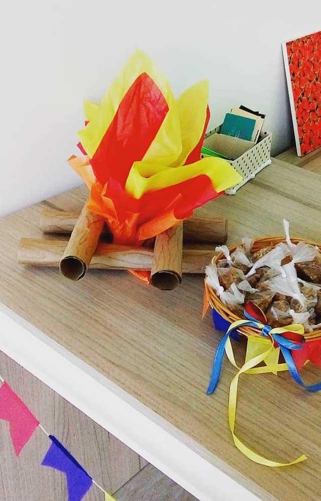 As fogueiras de papel são uma ótima pedida para decorar lojas, empresas e escritórios na época da festa junina