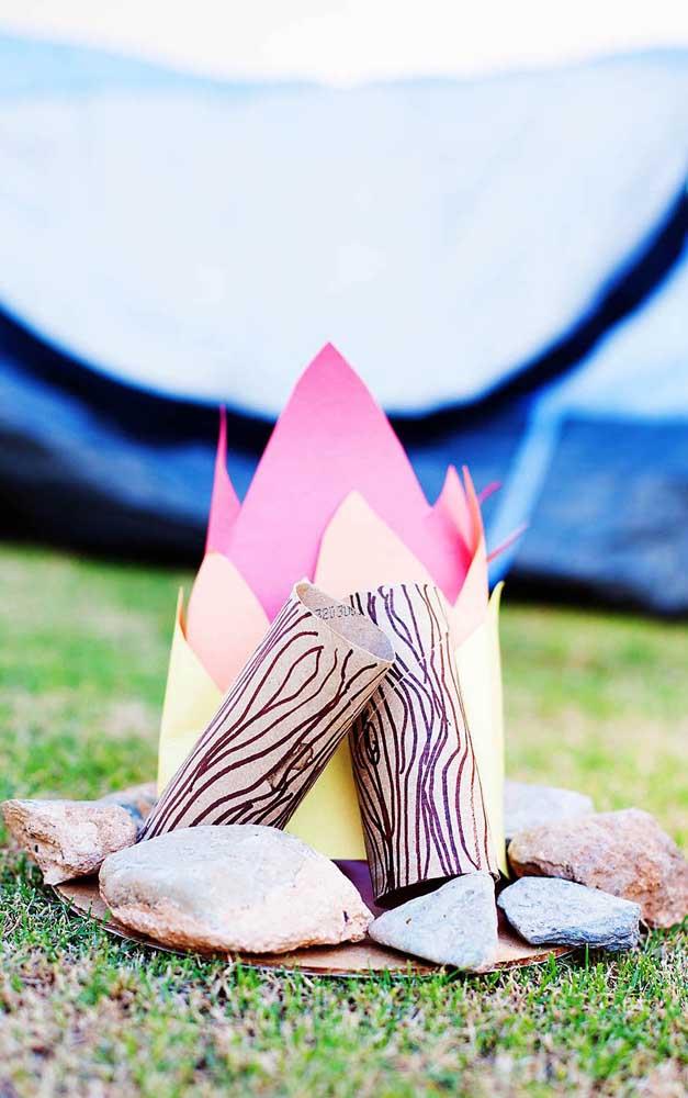 Uma ideia simples de fogueira junina feita com rolos de papel