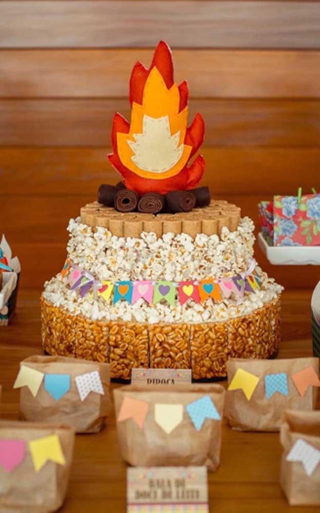 Aqui, a fogueira ganhou o topo do bolo junino