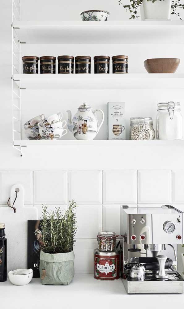 Cantinho do café pequeno e simples montado na bancada da cozinha; repare que a cor branca deixou o espaço clean e acolhedor