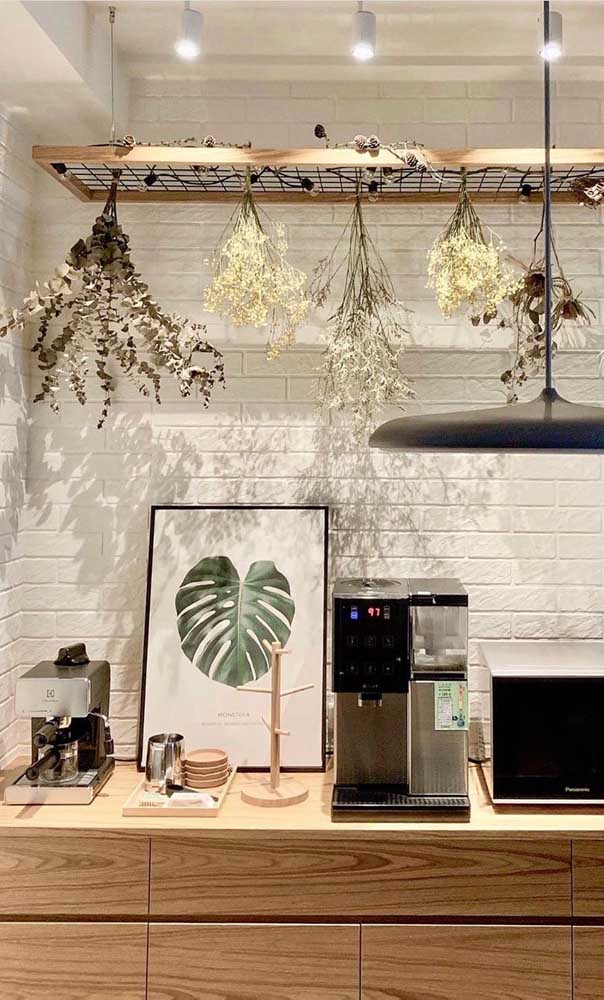 Cantinho do café na cozinha; destaque para as ervas secas penduradas no local