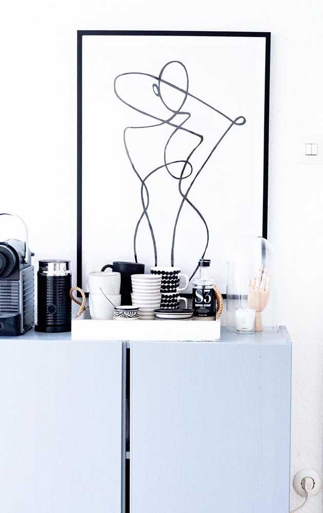 Para deixar tudo ainda mais organizado, opte por uma bandeja para colocar as xícaras do cantinho do café