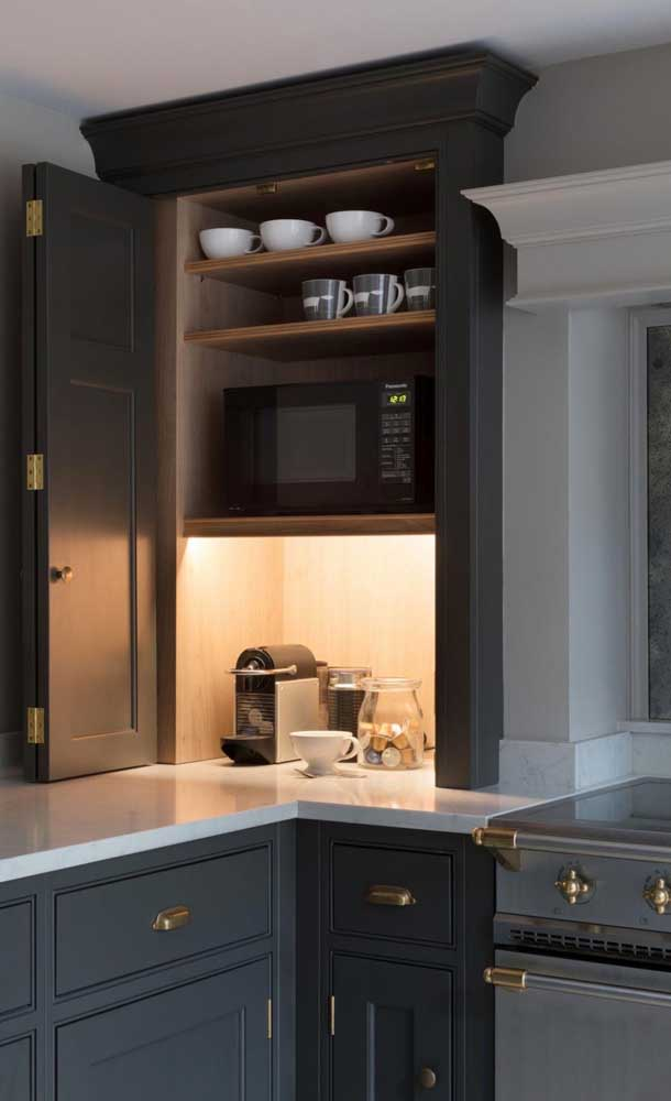 Um cantinho do café iluminado e escondido dentro do armário da cozinha