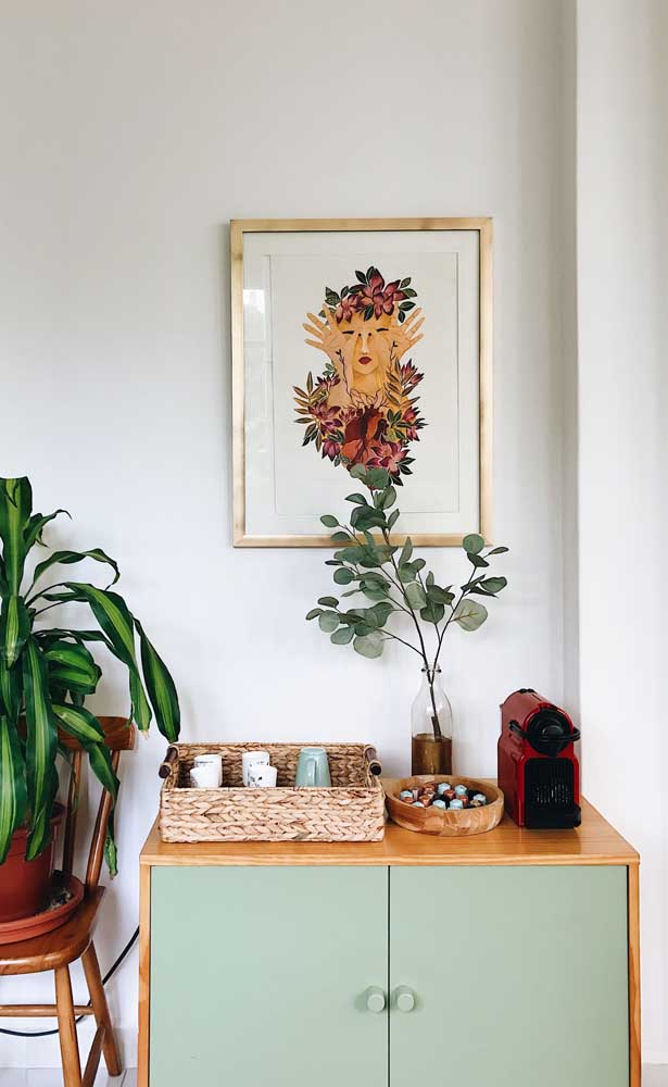 Simplicidade e elegância marcam esse pequeno cantinho do café montado sobre o buffet da sala de jantar