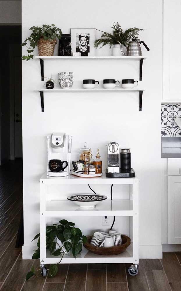 Sabe aquele espaço vazio no corredor que liga a sala à cozinha? Monte um cantinho do café ali, com direito a prateleiras, plantas e carrinho
