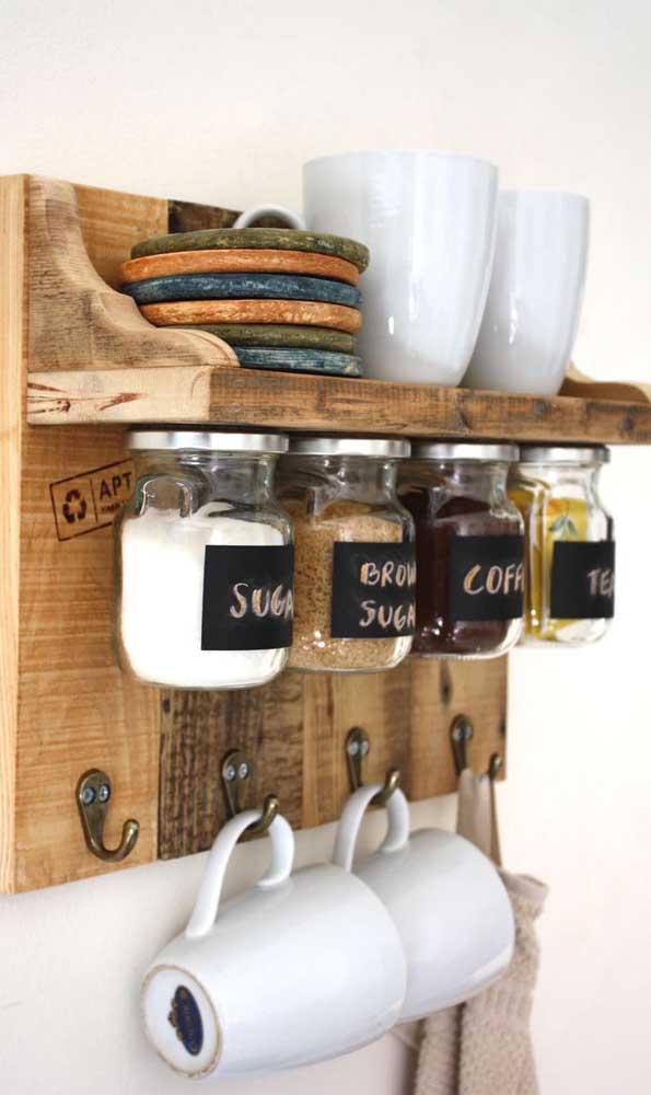 Que lindo suporte de madeira rústica para as xícaras e ingredientes do café