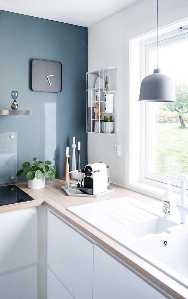 A bancada da cozinha pode acomodar tranquilamente o seu cantinho do café; para te ajudar nisso, conte com uma bandeja que delimita o espaço