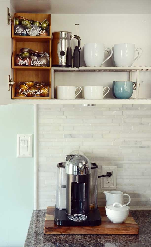 Ali, bem no finalzinho da bancada da cozinha foi montado o cantinho do café