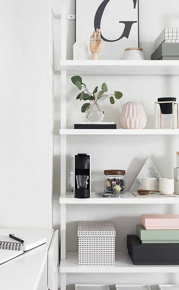 A mini cafeteira ficou linda na estante em meio aos outros objetos decorativos