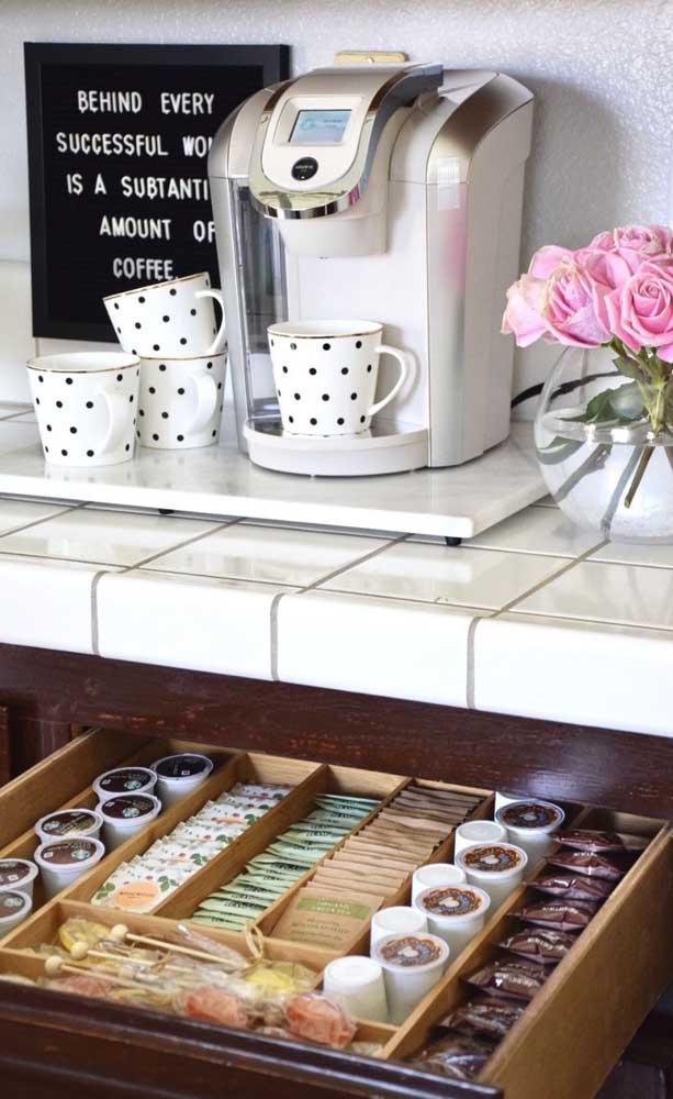 Cantinho do café na bancada da cozinha; repare que a gaveta próxima acomoda as cápsulas e outros acessórios para o preparo da bebida