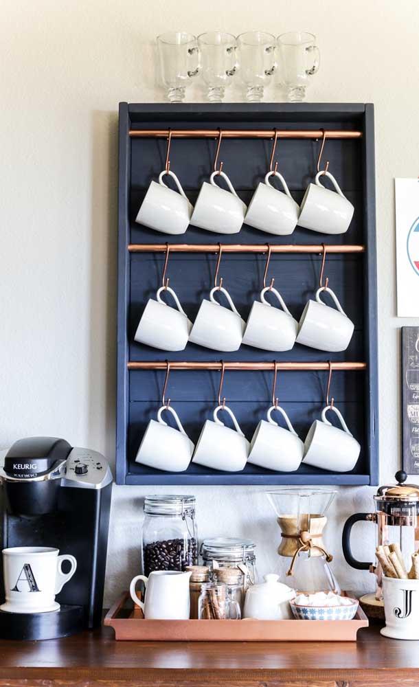 Nesse cantinho do café, as xícaras ficam suspensas, enquanto na bandeja foram organizados itens como açucareiro, bolachas e o café