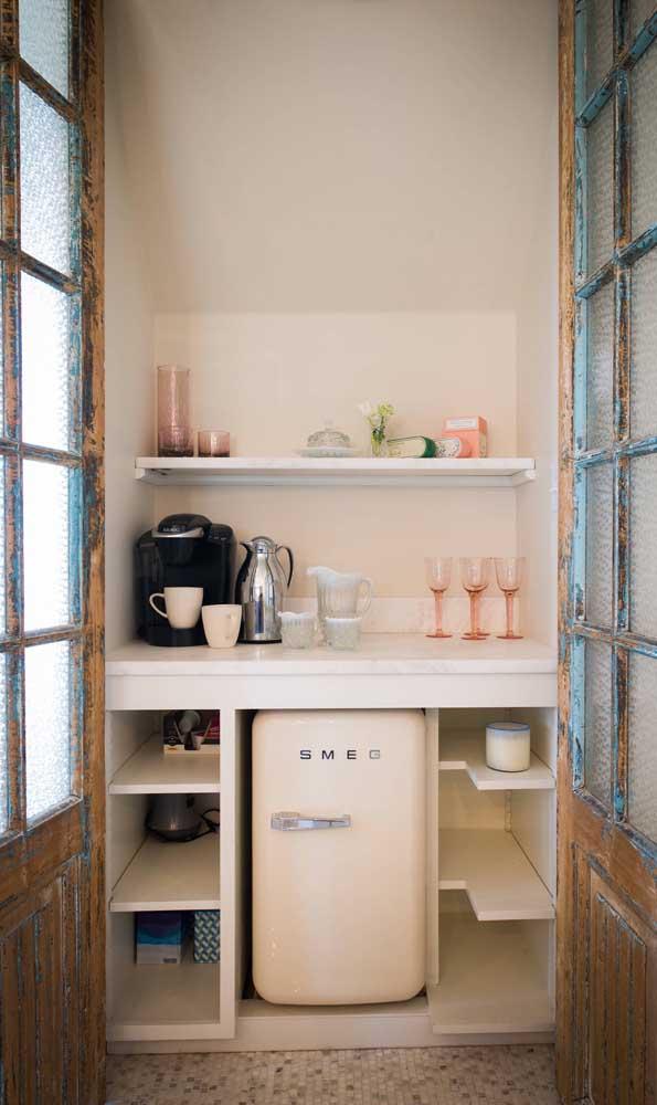 Já aqui, a ideia foi montar um cantinho do café privativo com acesso pela porta de vidro