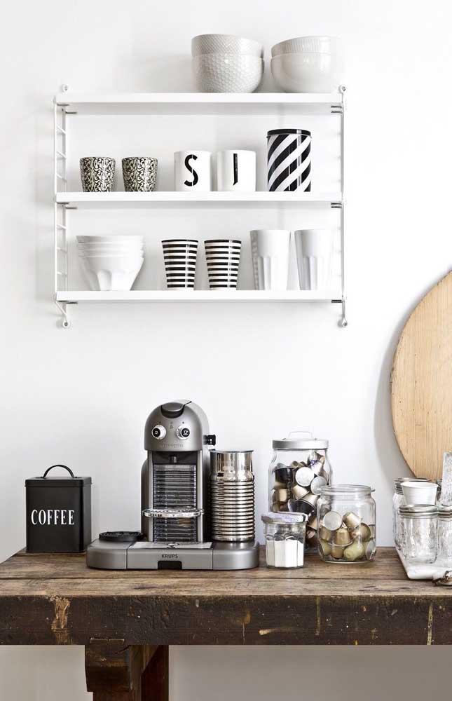 O rústico e o moderno se encontram nesse cantinho do café super despojado