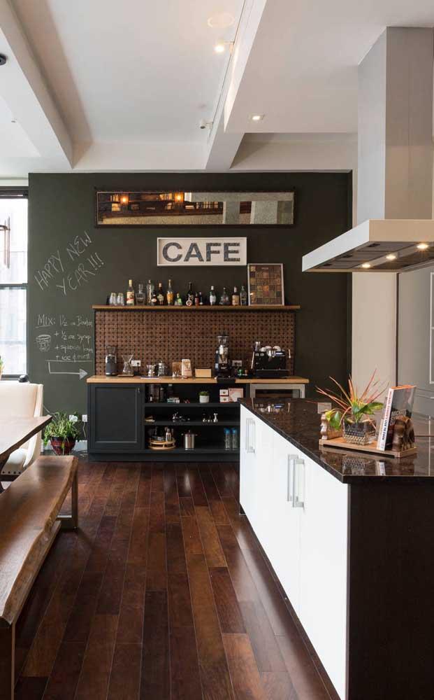 Nesse ambiente integrado, a parede lousa teve a responsabilidade de demarcar o espaço destinado ao cantinho do café