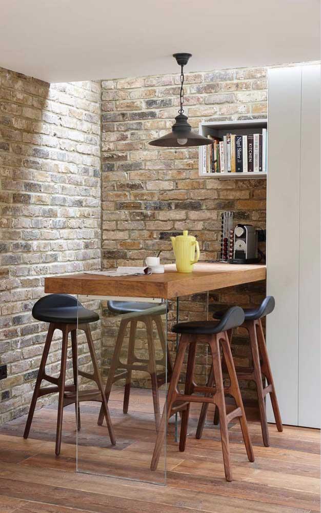 O espaço ocioso sobre o balcão / mesa foi muito bem aproveitado pelo cantinho do café