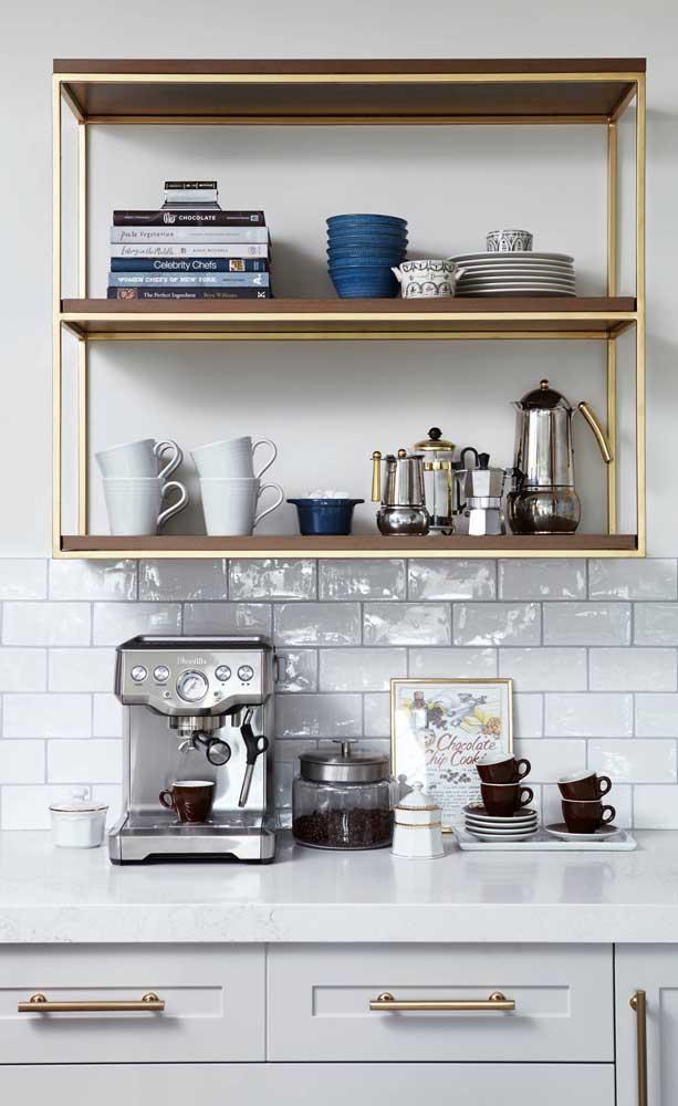 Uma prateleira e o cantinho do café já fica super bem resolvido