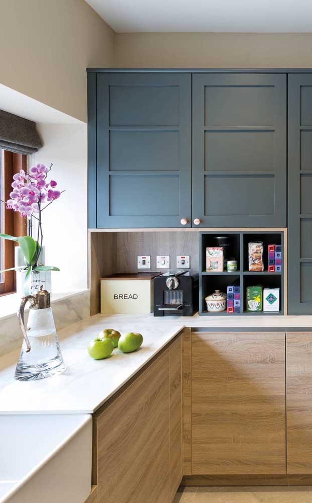 Os nichos do armário da cozinha foram a solução desse cantinho do café pequeno