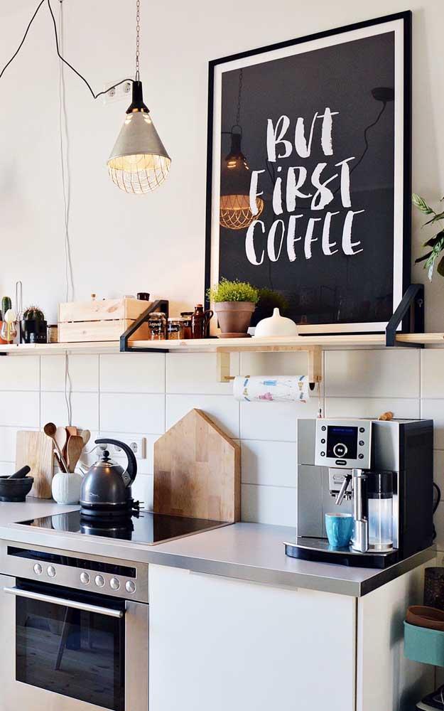 O quadro grande revela que ali é o lugar certo para uma xícara de café