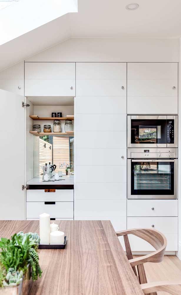Cantinho do café dentro do armário da cozinha: solução para os pequenos espaços