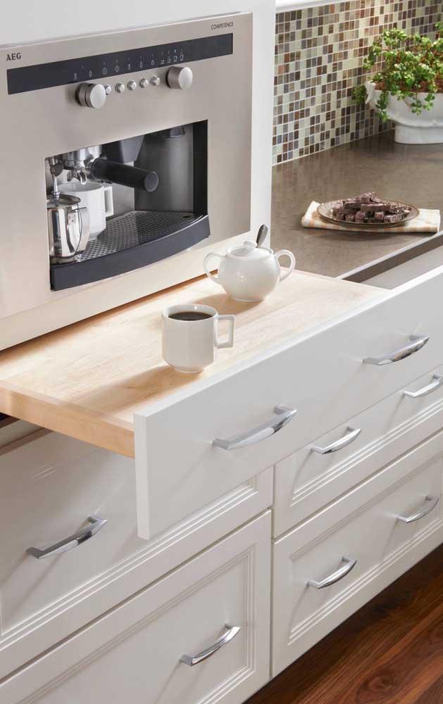 A prateleira retrátil é uma mão na roda no momento de preparar o café