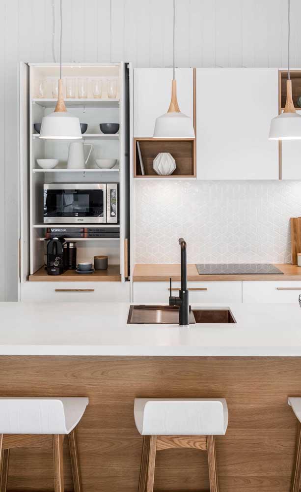 A cozinha clean e moderna apostou em um cantinho do café bem escondido dentro do armário