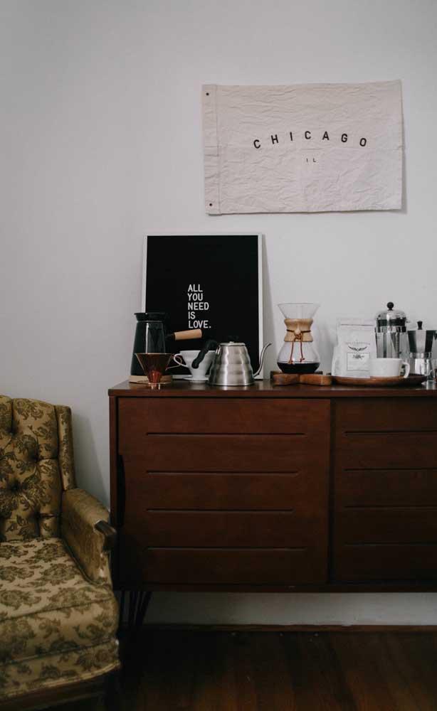 Cantinho do café na sala de estar no melhor estilo vintage que você pode imaginar