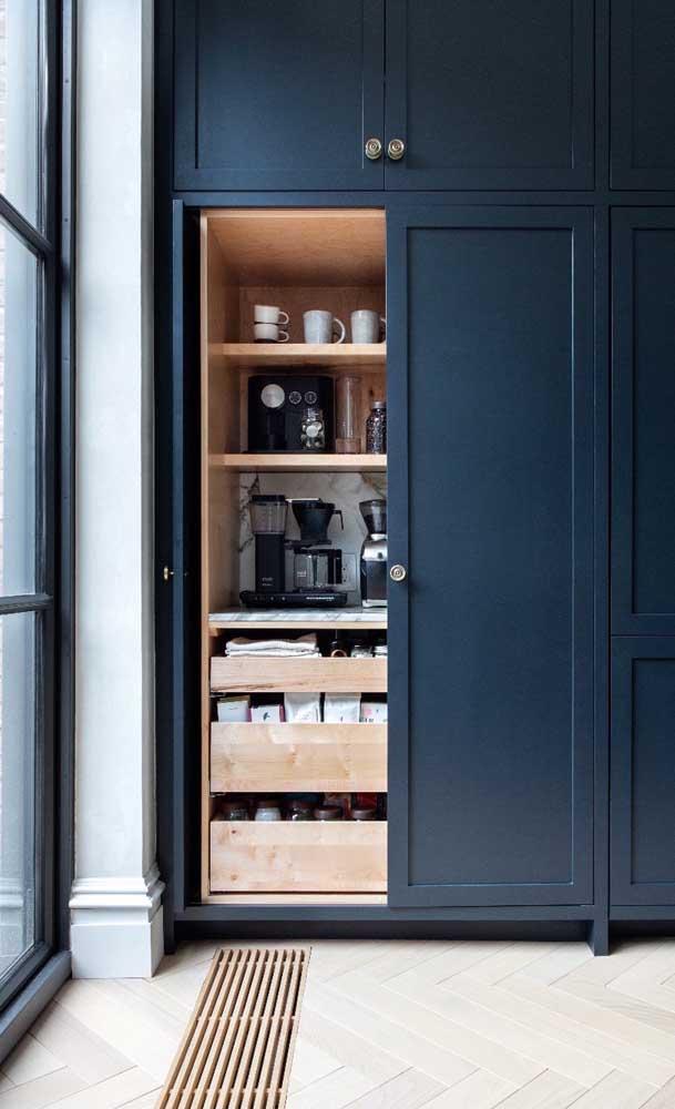 Embutido dentro do armário: uma opção para quem não deseja expor o cantinho do café