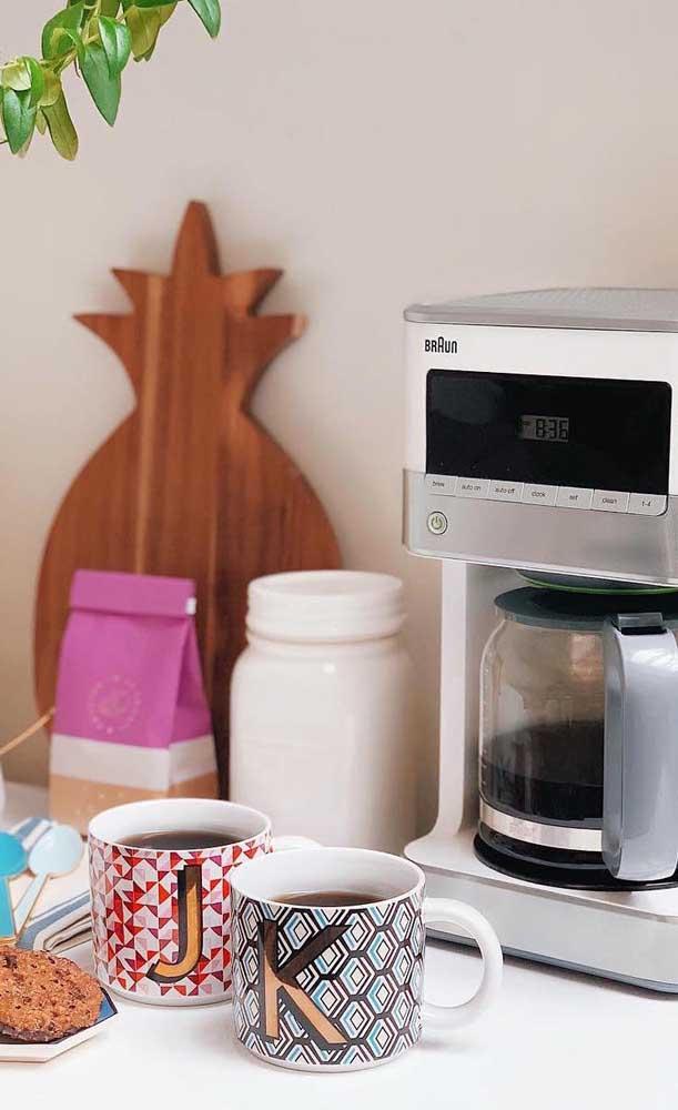 Aqui nesse cantinho do café pequeno todo o destaque vai para as xícaras coloridas