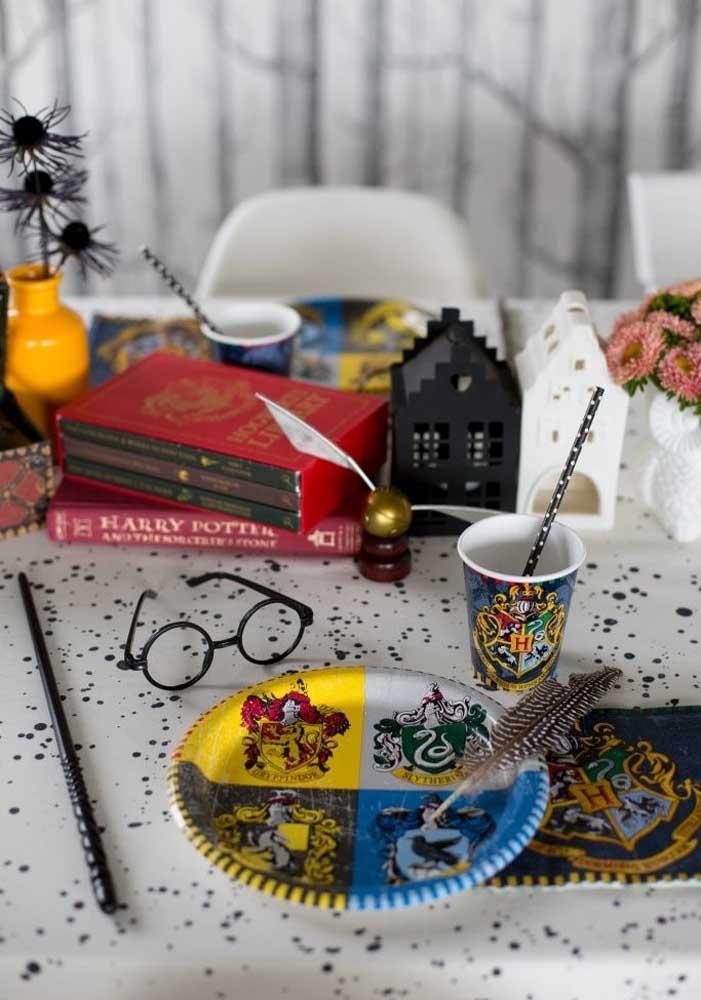 Invista em itens personalizados para fazer a festa do Harry Potter.