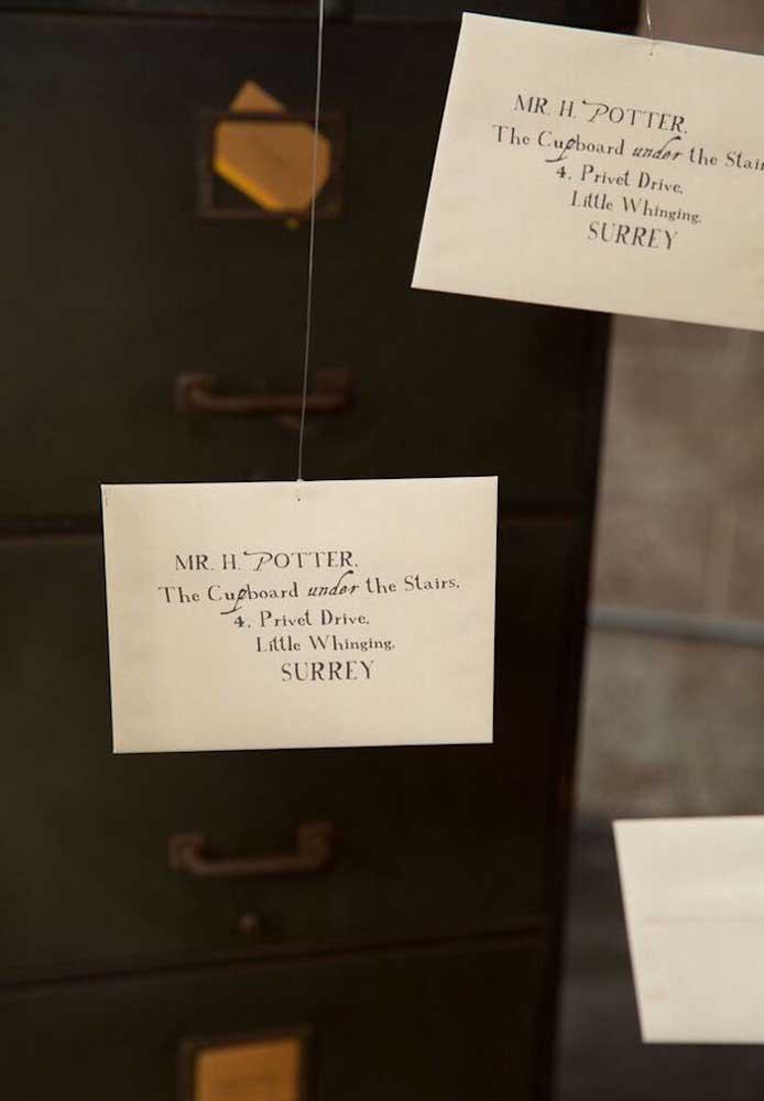 O que acha de fazer um convite bem simples para o tema Harry Potter?