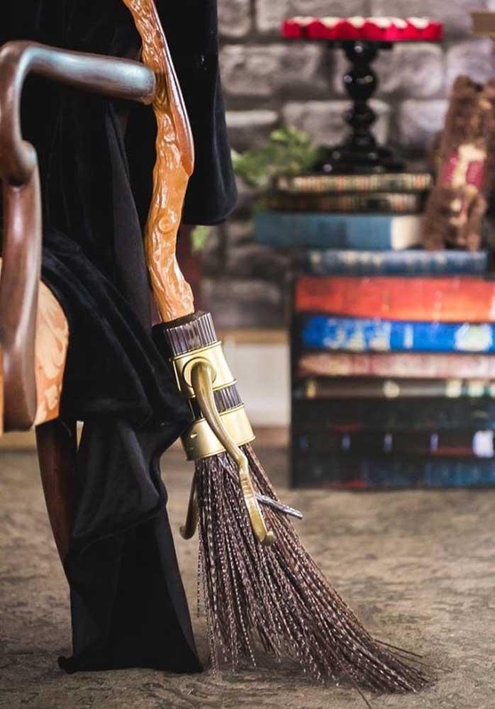 A vassoura é um item fundamental para fazer parte da decoração Harry Potter.