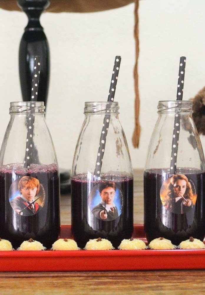 Cole adesivos com imagem Harry Potter nas garrafinhas de bebidas.