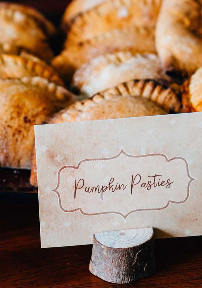 Não esqueça de fazer plaquinhas identificadoras para as comidas da festa.