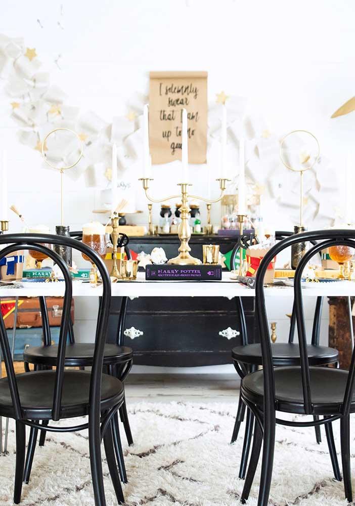 Na festa Harry Potter use vários objetos antigos e clássicos para decorar a mesa principal.