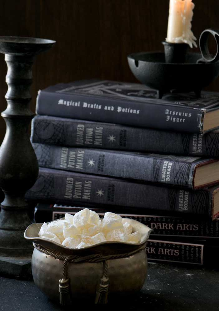 Os livros são ótimas opções de decoração para a festa Harry Potter.