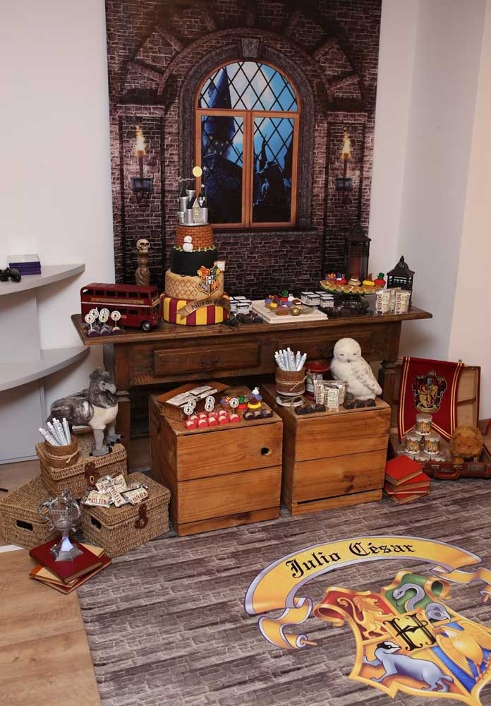 Use móveis antigos para fazer a decoração do aniversário Harry Potter.