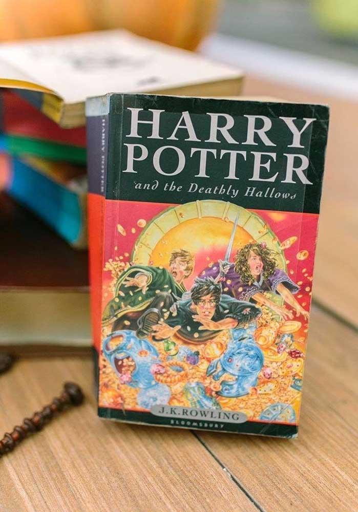 Use os livros do Harry Potter para decorar o aniversário.