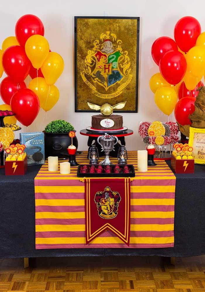 Olha que mesa simples e linda para comemorar o aniversário com o tema Harry Potter.