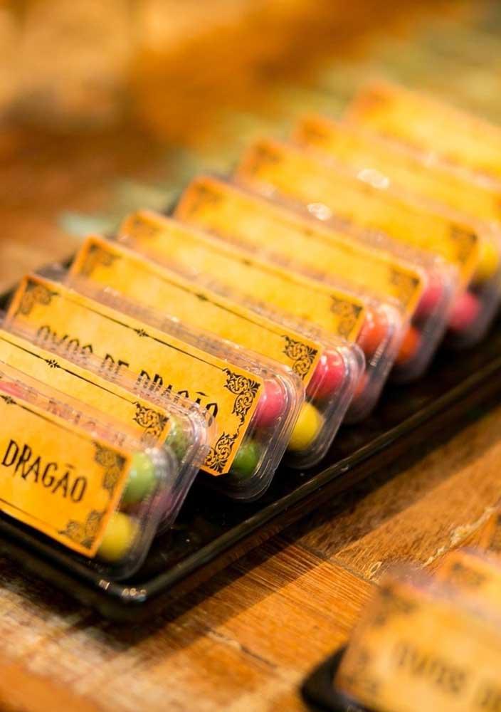 Com um simples adesivo você pode personalizar as embalagens da festa.