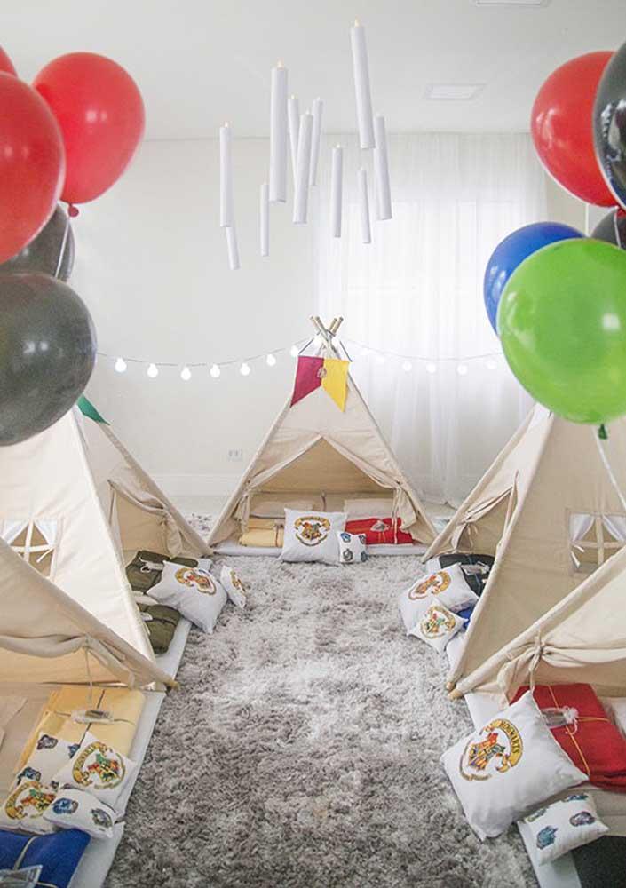 O que acha de fazer uma festa do pijama com várias cabanas para as crianças?