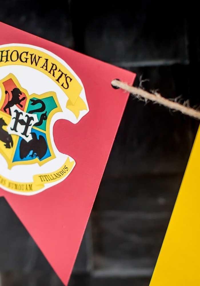 Decore a festa com bandeiras e símbolos do Harry Potter.