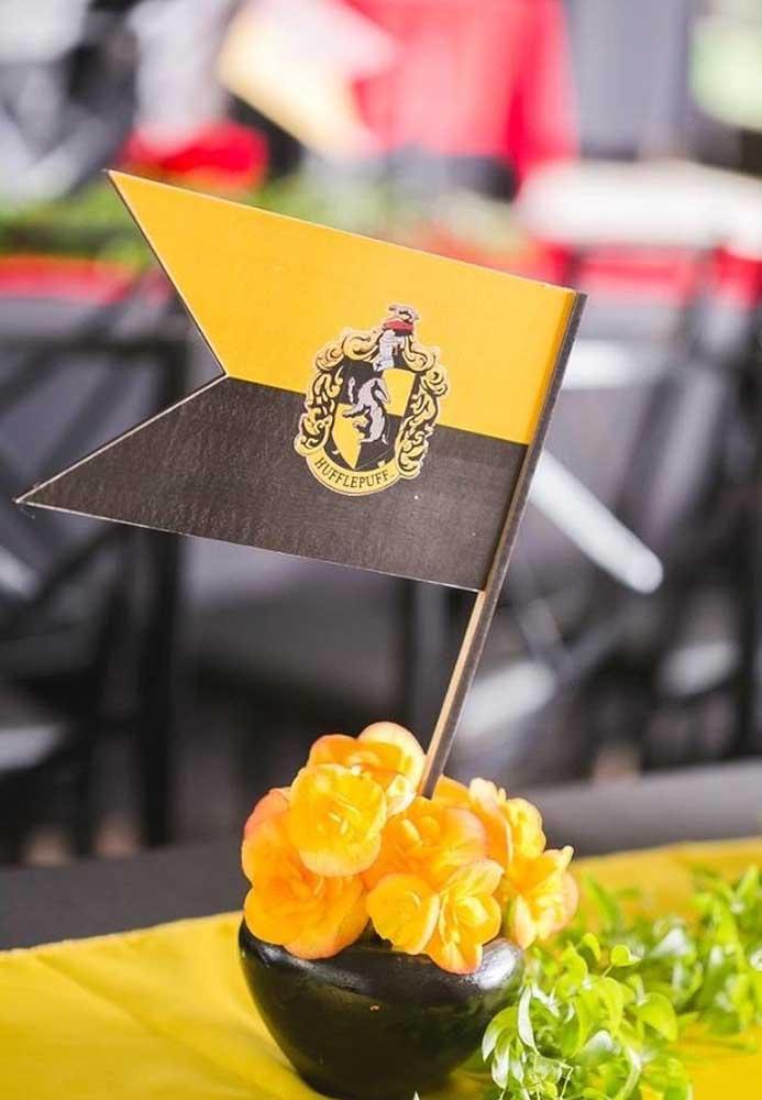 Além de decorar o ambiente com bandeiras dos brasões das casas, decore as mesas também.