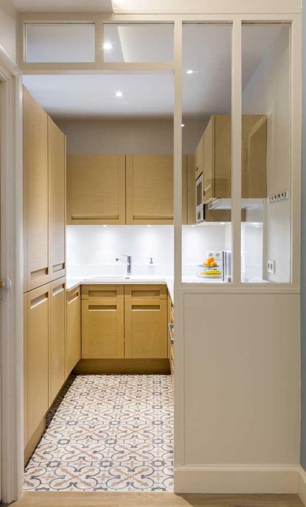 O sistema de iluminação é o destaque desse outra cozinha compacta