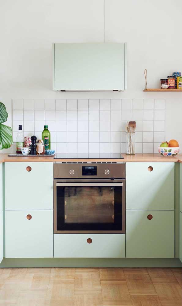 Esse tom de verde menta é o charme dessa pequena cozinha