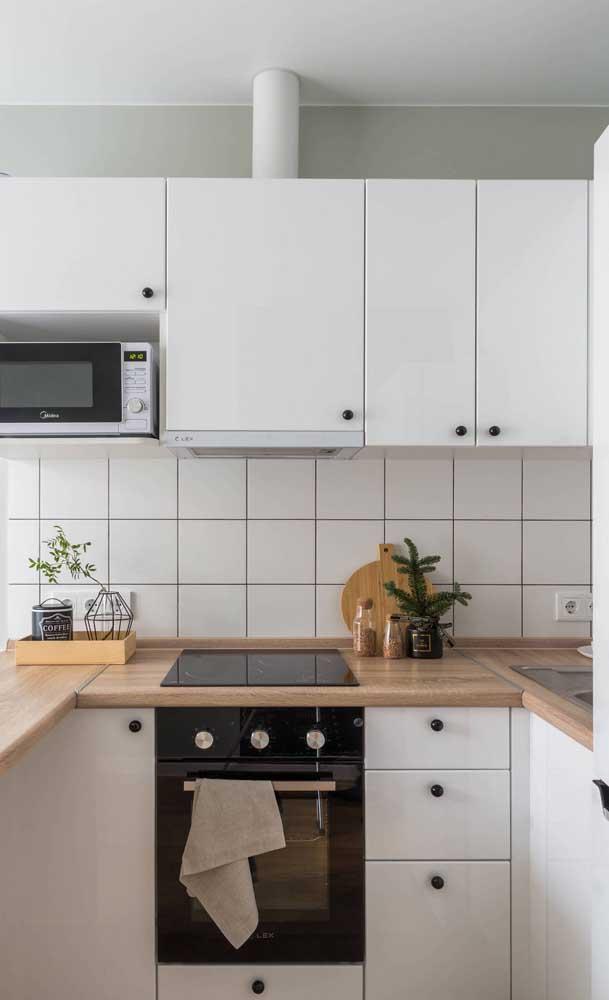 Cores claras e eletros embutidos para valorizar o espaço reduzido da cozinha