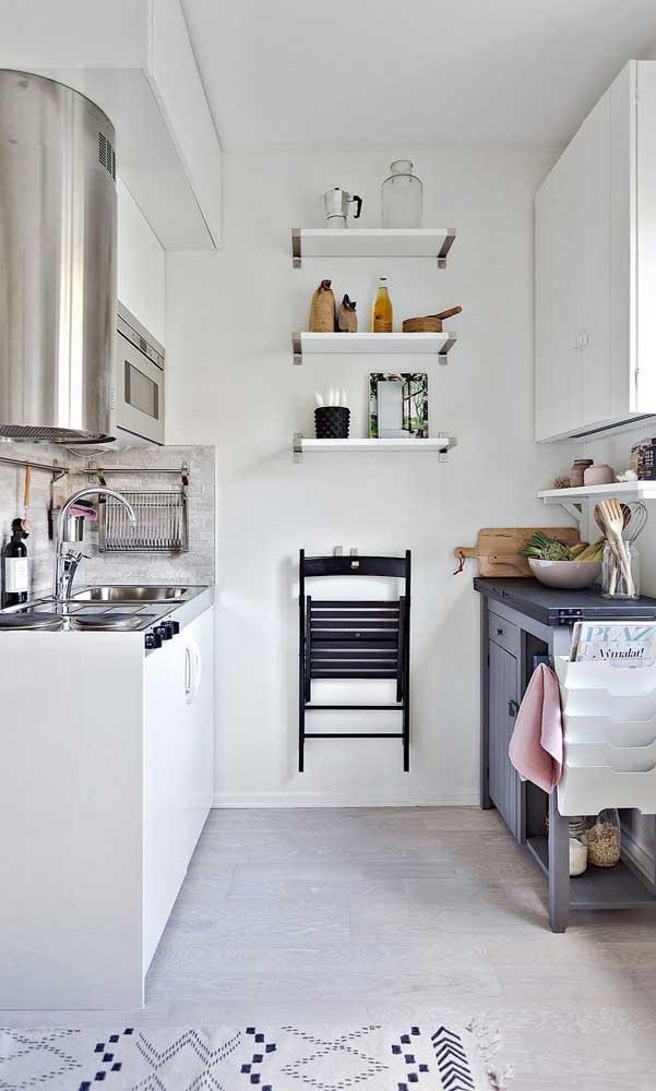 Prateleiras e uma mesa dobrável para economizar espaço na cozinha compacta