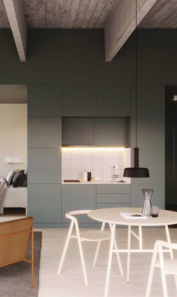 Cozinha compacta para ambientes integrados; repare que a cozinha ocupa apenas uma das paredes