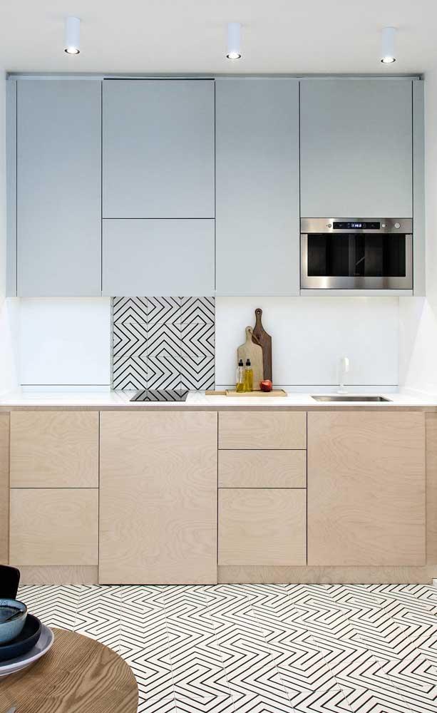 Cozinha compacta em linha com destaque para os revestimentos modernos que foram utilizados no projeto